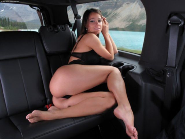 Сексапильная девушка в машине с аппетитной попой крупным планом