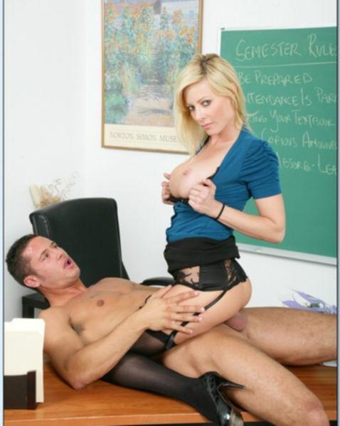 Грудастая училка наслаждается куни в школе