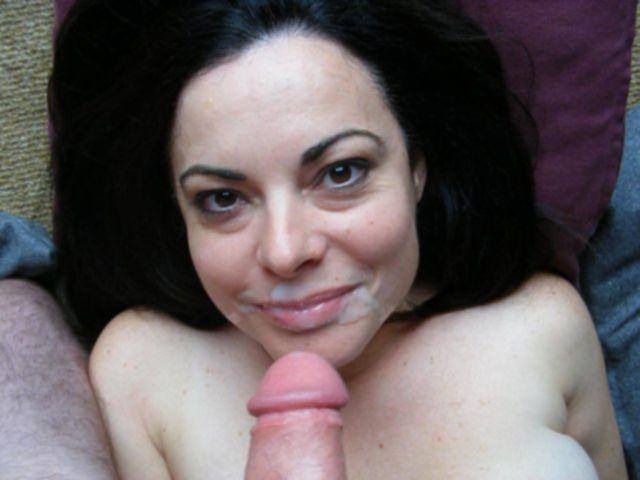 Обнажённые девицы на лице в сперме
