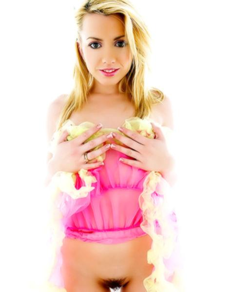 Блондинка показывает мохнатый лобок и киску