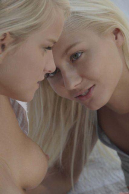 Две сексуальные блондинки лесбиянки ласкают киски на природе.