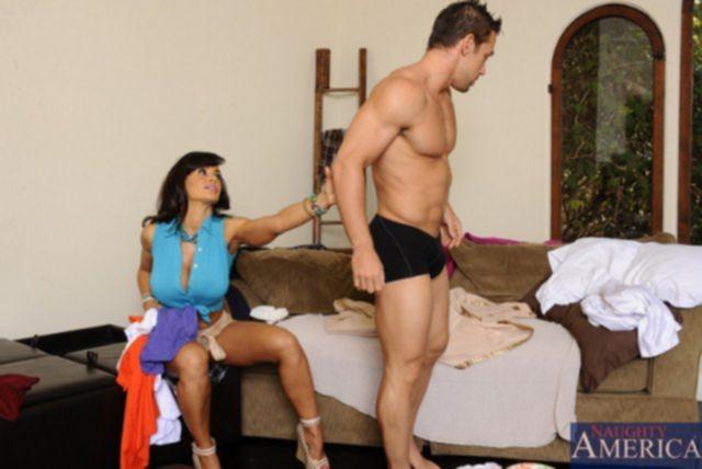 Инцест: мамочка с большими титьками возбуждает сына и делает минет
