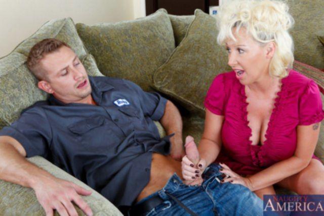 Инцест: Похотливую мамочку сын загибает раком и трахает