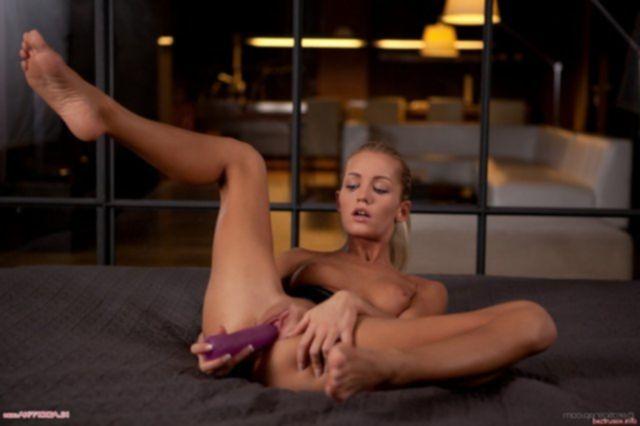 Спортивная девочка мастурбирует молодую киску