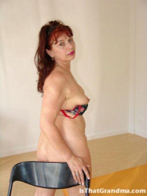 Рыжая старуха с волосатой писькой эротично позирует на картинках