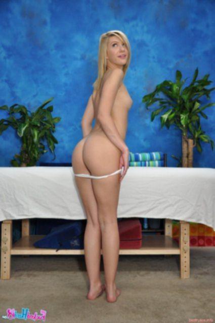 Массаж богатой блондинки с аппетитной попкой закончился сексом