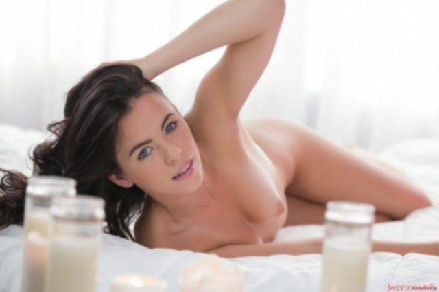 Молодая и сексапильная красотка показывает идеальное тело и мастурбирует