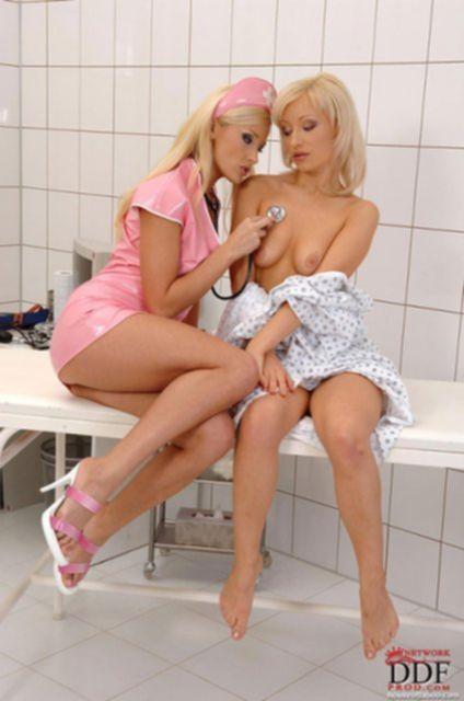 Медсестра в униформе лижет мокрые половые губы сочной писи