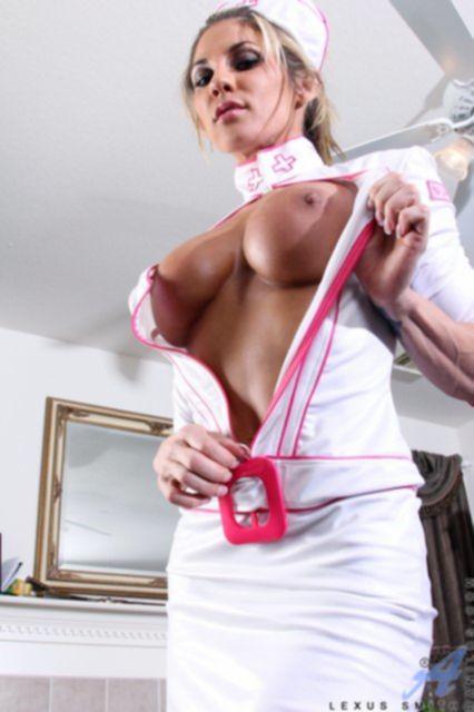 Загорелая медсестра с силиконовыми титьками раздевается