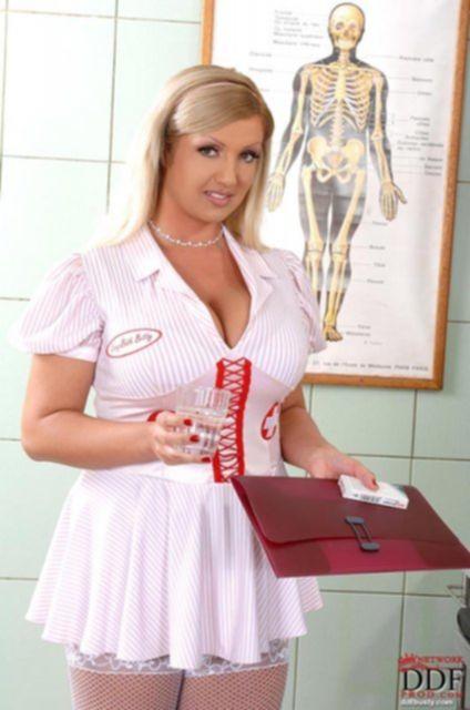 Пышную медсестру красиво трахает между сисек