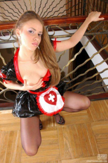 Медсестра с маленькими титьками эротично снимает униформу