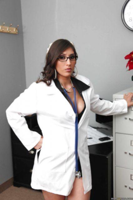 Медсестра с силиконовыми сиськами ласкает половые губы и клитор