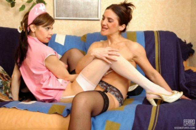 Медсестры в чулках после ролевых игр облизывают набухшие клиторы