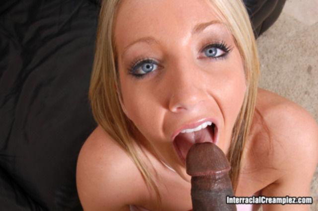 Голая блондинка сексуально стонет во время межрасового секса