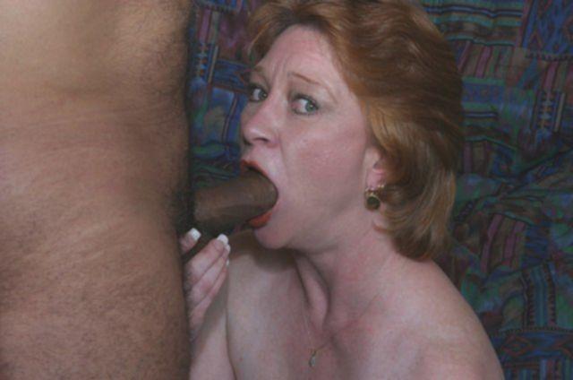 Межрасовый секс со зрелой теткой в позе наездницы