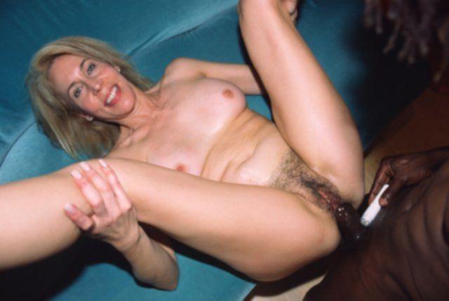 Стройная тетка с волосатой пиздой занимается межрасовым сексом