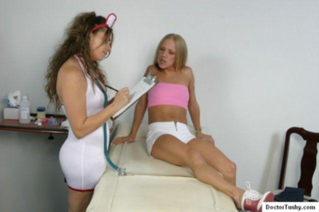 Опытная медсестра раздвигает влажные половые губы голой телки