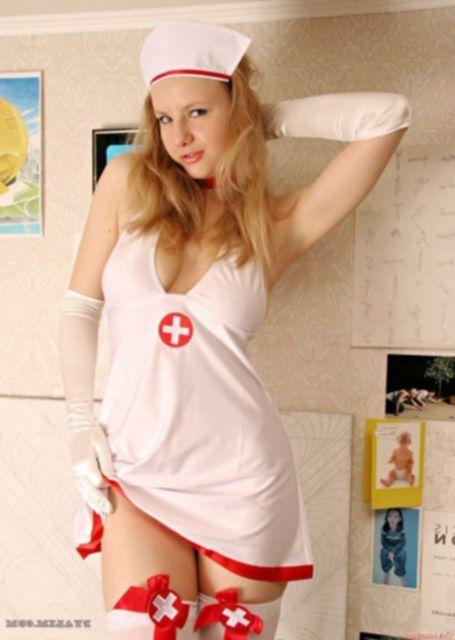 Голая медсестра в чулках и с мягкими красивыми сиськами