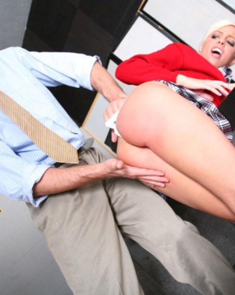 Молодая блондинка с силиконовыми дойками трахается