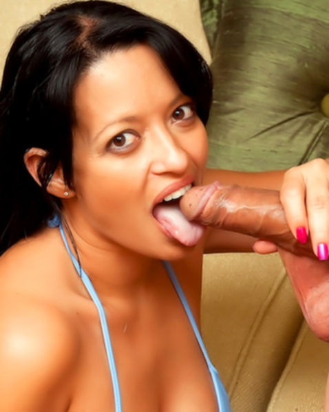Молодая брюнетка отсасывает толстый хуй и занимается сексом